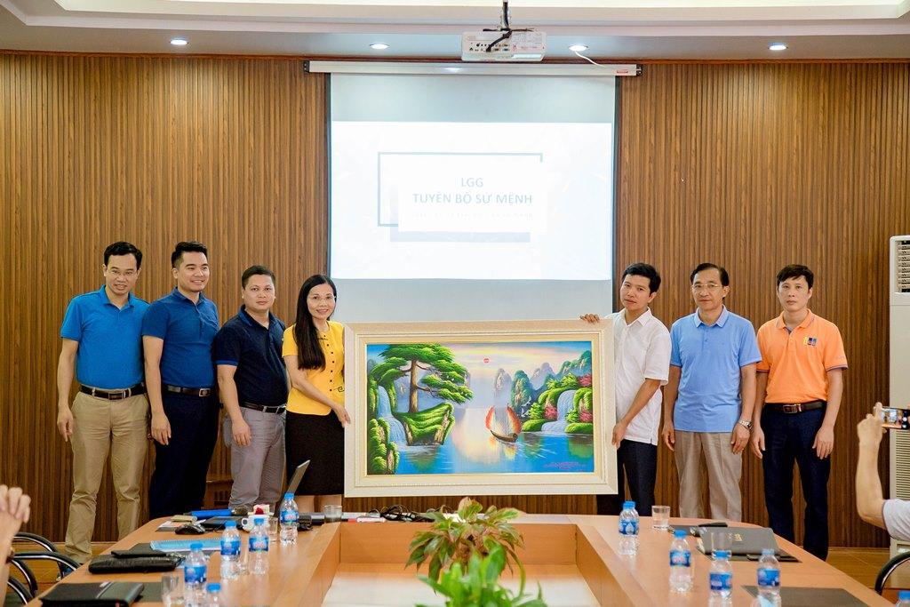 GS.TS Trần Thị Vân Hoa cùng các học viên lớp Thạc sĩ Điều hành cao cấp trao đổi và làm việc tại Tổng công ty May Bắc Giang LGG